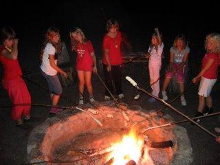 Kinder am Lagerfeuer mit Knüppelbrot